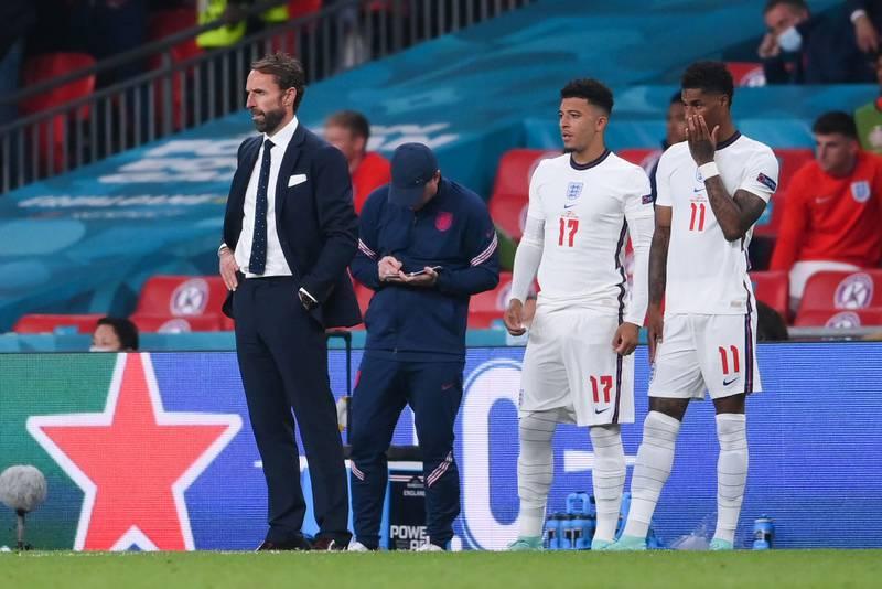Policía abre investigación por insultos racistas contra futbolistas ingleses