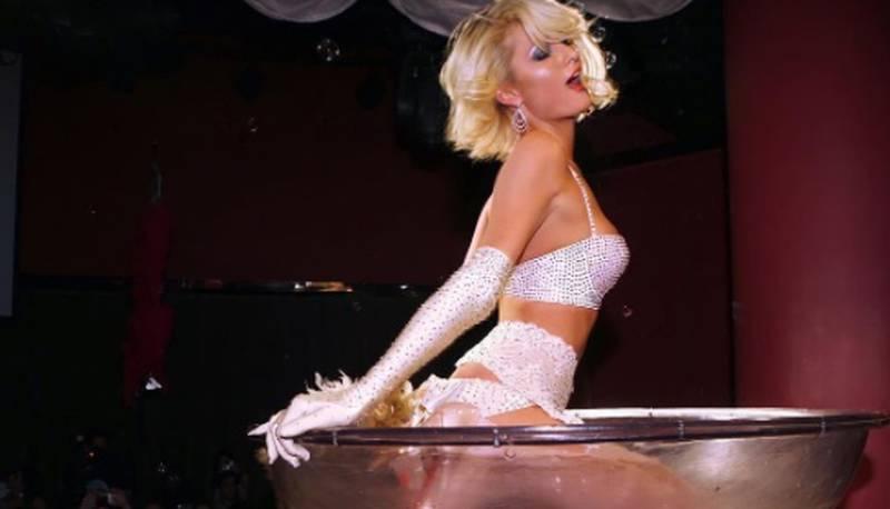 Emergiendo de una copa al estilo Beyoncé en el video 'Naughty Girl' la socialité y cantante Paris Hilton le dice adiós a su soltería.