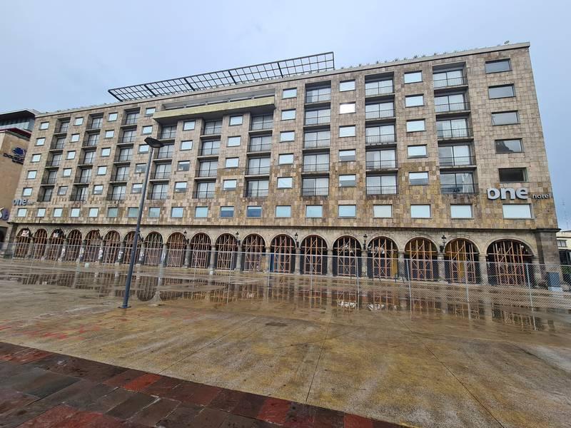El edificio presenta daños estructurales y de cimentación; el inmueble fue construido entre 1952 y 1958 con múltiples modificaciones.
