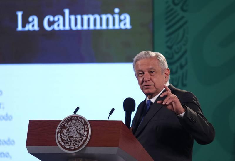 Andrés Manuel López Obrador, presidente de México acompañado de Ana Elizabeth García Vilchis, de comunicación social durante conferencia de prensa en Palacio Nacional que se enfocó en hablar sobre las supuestas mentiras que se publican en medios de comunicación. FOTO: ANDREA MURCIA / CUARTOSCURO.COM