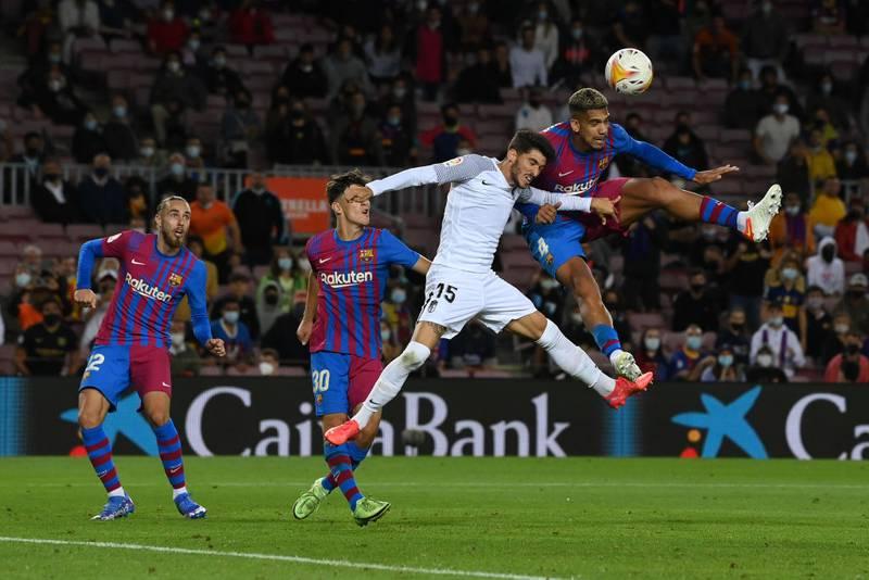 Barcelona sufre para empatar con el Granada