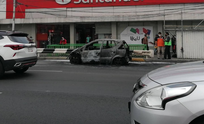 En redes sociales se reportó el incendio de un auto sobre Calzada de Tlalpan, a la altura del metro portales