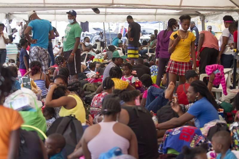 Migrantes haitianos acampan en albergues de Monterrey