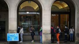 Reino Unido urge aplicación de dosis de refuerzo para evitar 100 mil casos de Covid diarios