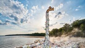 Este grifo gigante 'arroja' plástico para sensibilizar sobre la contaminación