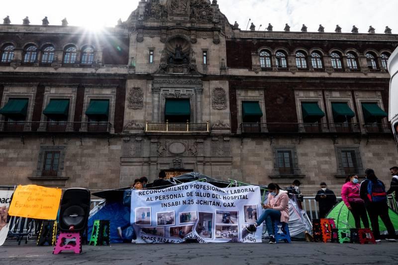 Profesionales de salud del Instituto de Salud para el Bienestar (INSABI) de Juchitán, Oaxaca, que fueron despedidos a pesar de haber atendido a pacientes Covid-19, sostuvieron un plantón frente a Palacio Nacional en junio pasado