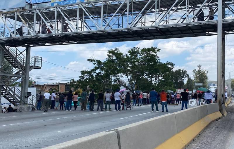 Durante la protesta en Periférico se registraron altercados entre los automovilistas y los manifestantes que fueron contenidos por la autoridad.