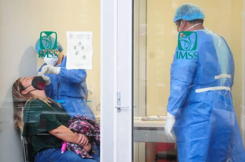 Médicos del IMSS aplican la prueba de detección de Covid-19.